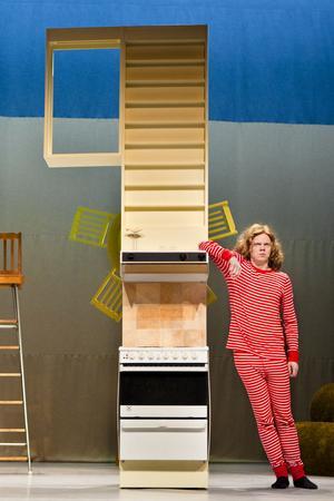SJUKROLIG. Gossen som funderar på att bli stor, en av flera tokiga karaktärer i Klungans föreställning som gästspelar på Gävle teater i dag och i går. Foto: Andreas Nilsson