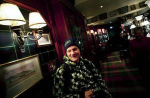 """Peter Svensson har ätit middag och druckit ett glas vin på Dalwhinnie i Östersund. """"Jag är absolut inte ute ofta. Ett glas vin till en oxfilé är gott, men jag tycker det räcker med det"""". Att han är ute en tisdagskväll hör inte till vanligheterna. """"Det är på fredagarna jag brukar går ut på afterwork, men det blir ganska sällan"""", säger han."""