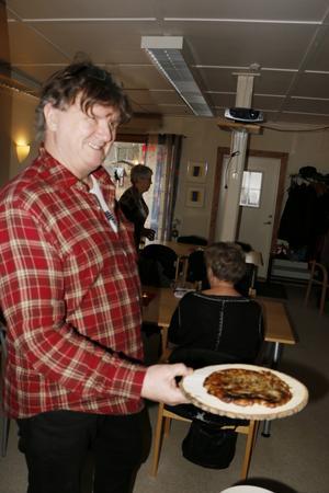 Kolbulle på trätallrik. Det serverades av Lars Åke Ulfgren när Servicepunkten i Mariedamm hade sin adventsavslutning på söndagen.