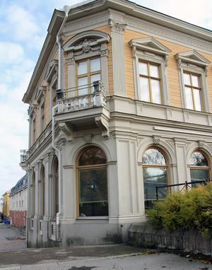Det ser gammalt ut, men huset där Café August ligger byggdes så sent som 1985. Arkitekt var Torgny Zingmark. Det blev en exakt kopia av det hundra år äldre bokhandelshuset där biblioteket håller till.