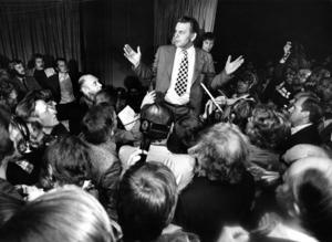Partiledaren Thorbjörn Fälldin (C) omringad av journalister och fotografer under centerpartiets valvaka under valet 1976. Valresultatet medförde att de borgerliga kunde bilda regering för första gången på 40 år, nu med Fälldin som statsminister. Centerpartiet siktar på en framtid som statsministerparti 2022 och bortanför.