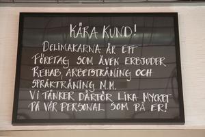 Många reagerar positivt på skylten i kaféet, säger Anna Torstensson.