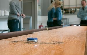 Shuffleboard, dart och biljard är poppis bland många företag och kompisgäng.