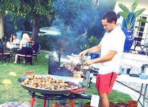 David lagar middag utomhus.