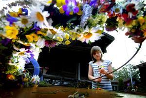 Binder. Stort midsommarfirande i Sundborn blir det förstås i dag. Men förberdelserna startade redan på torsdagskvällen. 10-åriga Linn Sellner var en av de som ägnade kvällen åt att binda fina blomkransar, som ska sitta i midsommarstången.