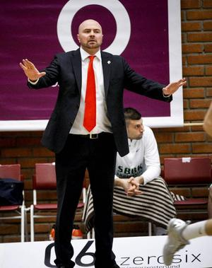 Vedran Bosnic var inte alls nöjd med avslutningen av den tredje perioden, då Jämtland gjorde 23–9, men desto gladare att hans lag kunde komma tillbaka i den fjärde perioden.