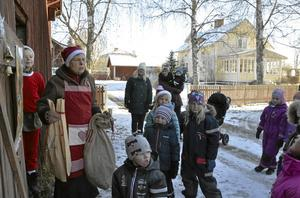 Barnen lyckas lösa uppdraget och lämnar alla önskelistor till Tomtemor (alias Anette Wijk). Belöningen efter ett väl utfört uppdrag är fika i Ullergården.