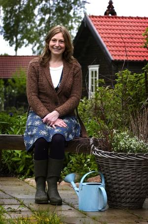 I sin egen trädgård har Karin satsat på planteringar och sittplatser en bit bort från huset. – Jag tycker om när man kan sitta och titta mot sitt eget hus från håll.