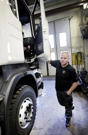 Den första av sex bilar är snart klar för leverans. Teknikchefen Pär Fahlén håller koll så att allt fungerar som det ska.