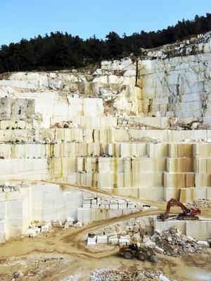 Marmor är något av Thassos guld. Den användes under antiken till tempel och skulpturer, men exporteras nu mest till Gulfstaterna.    Foto: Johan Öberg