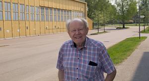 Helmiut Scholle, 88 år, tänker att de nya husen blir för kommande generationer. Nu parkerar han bilen i verkstadslokalen bakom men vet inte hur det blir med parkeringsplatser senare.