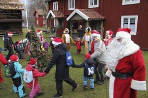 Tomten följde familjedaghemsbarnens ringdans på tunet, mitt på Tunabygdens gammelgård.