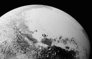 På Pluto har forskarna upptäckt gigantiska isberg, kratrar och stora åsliknande formationer som ser ut att vara formade av vindar På denna bild syns ett 350-kilometer brett område av dvärgplanetens yta.
