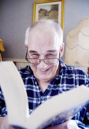 När Gösta Olofsson läser böcker blir det helst äventyrsromaner. Nu arbetar han för att själv ge ut en bok med utdrag ur sina blogginlägg.