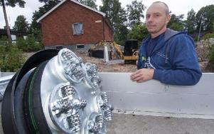 Den silverglänsande uppfinningen som är guld värd för Tomas och hans kunder. Ett nytt aggregat färdigt för leverans. I bakgrunden ett pågående arbete på Kopparvägen/Hagvägen. Foto: Mikael Forslund
