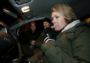 Sussi Andersson (närmast kameran), Fredrika Augustsson och Linda Jonsson, Västanfors Bandy kör alkotest innan föräldrarna får skjutsa barnen till matcher.