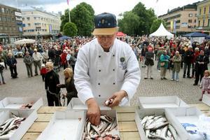 renskontroll. Här kontrollerar Bruno Gneipelt från Svenska kockföreningen hur de tävlande egentligen har rensat sina strömmingar.
