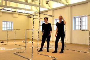 Eva Beierheimer och Kristina Stark vid den gemensamma installationen