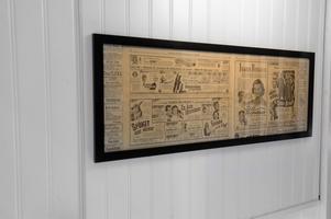Under renoveringen försökte Sjöström spara de tidningarna som var tapetserade på väggarna, men det mesta blev fnas. Här är dock lite som gick att rädda, tidningstavlan berättar att Abbott och Costello kom med en ny film 1943 – Vi dubbeldeckare. Biograferna visade också På solsidan, på den tiden med Ingrid Bergman.