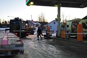 Pumparna plockas bort och sätts på lastbilsflak. Sedan ska hela pumpön nedmonteras.