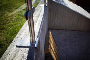 Räckena placerades från början på insidan av betongmuren. Vilket gjorde att utrymmet ovanpå muren blev perfekt för att klättra på. Fallhöjden är tyvärr två meter. Så kommunen fick helt enkelt flytta räckena till utsidan där de ska vara.