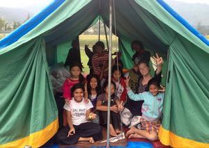 Barnen på flickhemmet har tak över huvudet i tältet, och är vid gott mod situationen till trots.