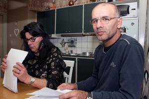 Att fylla i blanketter har blivit ett heltidsjobb för Suzanne Elitas och maken Taner Elitas. Han är nu utan jobb men vill starta företag i Sverige.