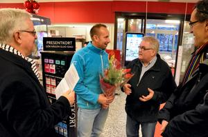 Årets företagare. Bo Rudolfsson, KS-ordförande, Björn Jonsson, vd för Ica Supermarket Laxå, Mats Fransson, näringslivschef och Harry Lundin, kommunchef uppvaktar.