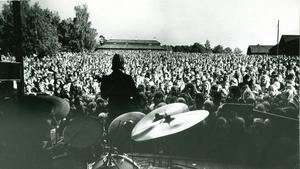 När Pugh Rogefeldt - iklädd frack, patronbälte och toppluva - intog utescenen på Vallby friluftsmuseum i juni 1974 var det packat med folk på grässlänten.Fotograf: Johny Gladh