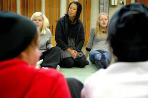 """DRAMA. Under åtta veckor åker dramapedagog Minne Hägglund runt till niondeklassarna i Tierps kommun.KUNSKAP. Niondeklassarna Joanna Ström och Marina Stenman tycker att dramatimmarna har varit lärorika. """"Jag har lärt mig samarbeta bättre"""", säger Joanna."""