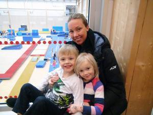 Måns och Milya Markusson med mamma Kamilla Persson har bra koll på tredje barnen Maja nere i gympasalen.