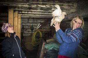 – I början var jag rädd för hönsen men nu har jag vant mig litegrann, säger Jenny Henriksson.