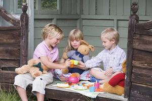 Visa barn att tjejer och killar kan vara kompisar genom att inte dela upp dem. Ju mer vi gör det, desto mer befäster vi att de tillhör två olika grupper.
