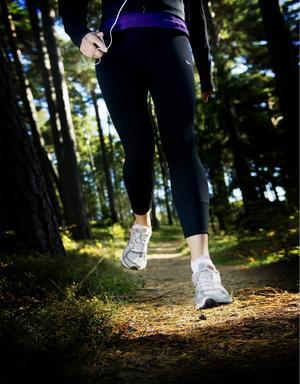 Kvinnan från Sandviken blev förföljd i löparspåret. Bilden är från ett annat tillfälle och personen som syns har inget med händelsen att göra.