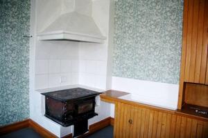 Köket var en bärande del av affärsrörelsen på ett gästgiveri och det finns tre kök i huset. På ovanvåningen finns den gamla köksinredningen kvar med serveringslucka i väggen in till matsalen.