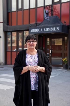 I en intervju med Bbl/AT så anklagar socialnämndens ordförande, Kerstin Rosenkvist, oppositionsrådet Anders Röhfors för att tagit ut för mycket arvode.