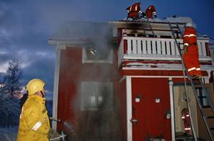Räddningstjänsten begränsade branden och släckte eldhärden på övervåningen.
