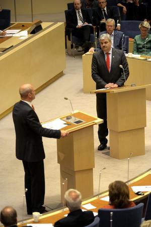 Behöver samtala. Statsminister Fredrik Reinfeldt (M) och oppositionsledaren Håkan Juholt (S) bör försöka enas om reglerna för budgethanteringen.foto: scanpix