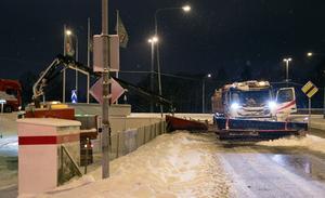På fredagskvällen fastnade en plogbil vid avfarten från Moraberg ner mot Weda.