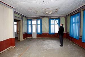 Det finns stora fuktfläckar i taken i nästan alla rum. Här är stora salongen på övervåningen.
