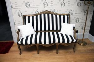 En gammal soffa fick nytt liv med randigt tyg