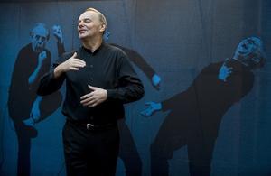 Skådespelaren Björn Granath spelar upp ett stycke ur Dario Fos