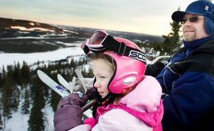 """Hanna Bondesson, fem år, och hennes pappa Bengt Bondesson hoppar på liften där alla andra går av. """"Det är för brant för Hanna att åka hela vägen ner. Det finns många backar här uppe som passar henne och då är bra att vi kan ta liften ner igen"""", säger Bengt Bondesson."""