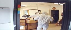 Bilderna från bankens övervakningskamera har granskats av polisen, som dock inte kan säga med säkerhet om något vapen förekom i samband med rånet.