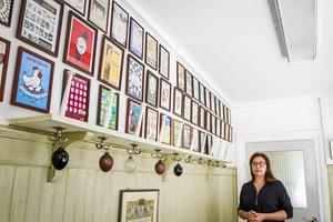 På väggen utanför kontoret hänger alla gamla kataloger på väggen.
