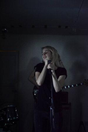 Ida Leidermark sjunger/skriker i Shitfucks.
