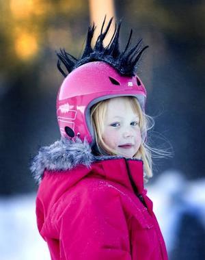 tuppkam. Alva Lövgren, 5 år, hade fått en rosa hjälm med tuppkam i julklapp.Foto: Britt Mattsson