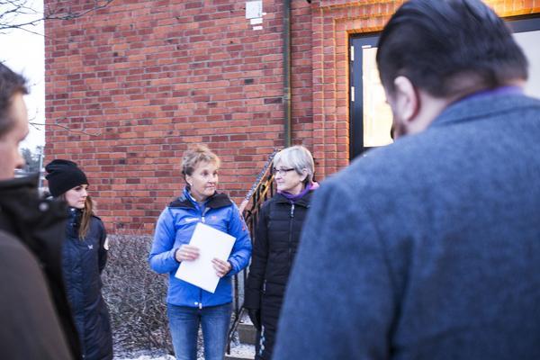 Johanna Ojala, Helén Sjöström och Solveig Strand Danielsson var med och överlämnade skrivelsen med namnunderskrifter under tisdagen.