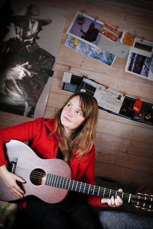 Ellen Sundberg med den nya gitarren som hon köpte i Nashville.