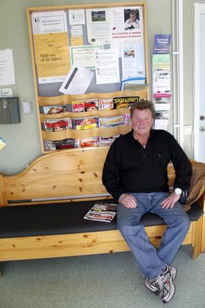 Roland Sundin från By Kyrkby, i väntrummet till By vårdcentral. – Det är synd om alla de äldre som har svårt att förflytta sig om By vårdcentral läggs ned, säger han.